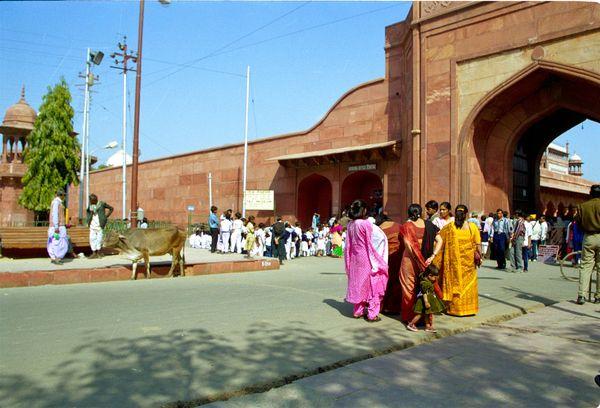 Devant la porte Ouest du Taj Mahal