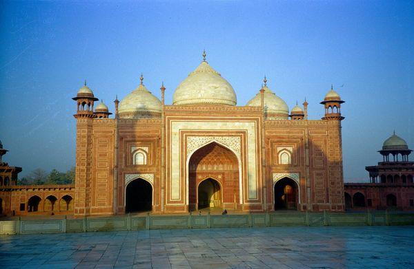 Sur les flancs du Taj Mahl, deux 'châteaux' rouges.