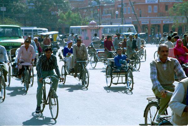 Vélos et vélos-rickshaws dans les rues