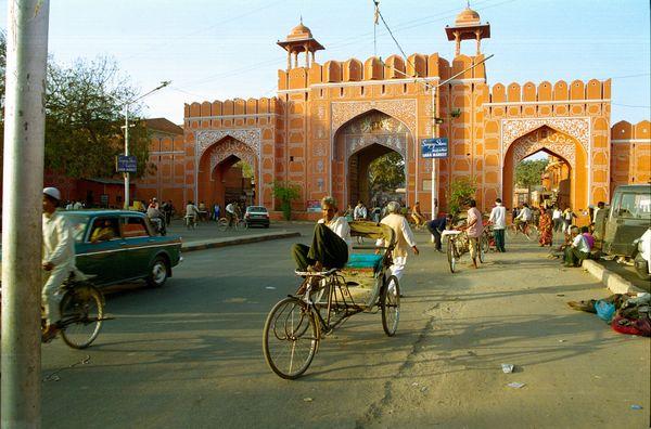 Vélo-rickshaw au repos devant une des portes de la Pink City