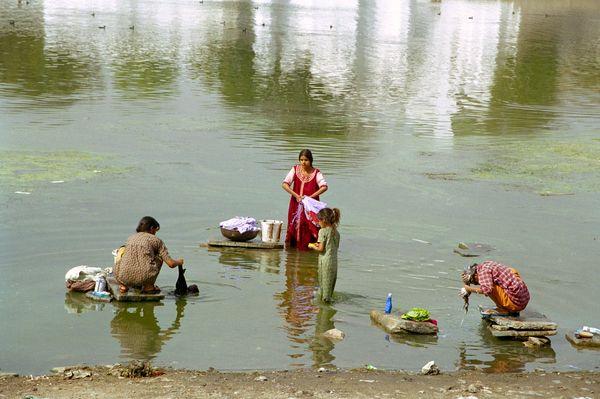Linge, cheveux, corps: lavages dans la vase du lac Picchola