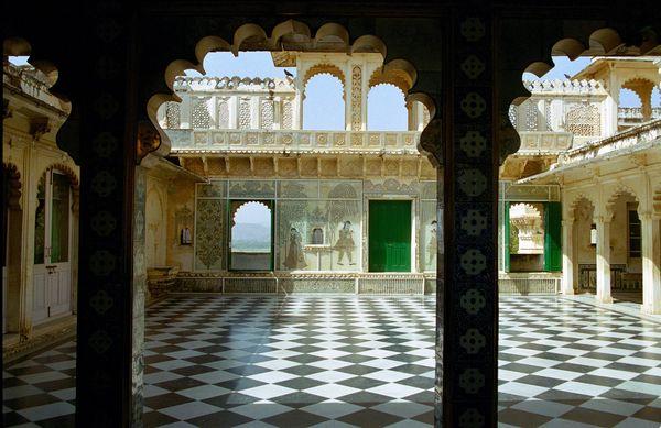 Terrasse de marbre richement décorée