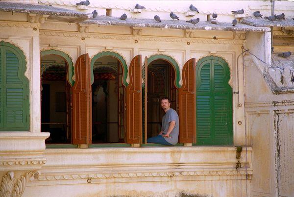 Lionel au balcon dominant le Mor Chowk (cour des paons)