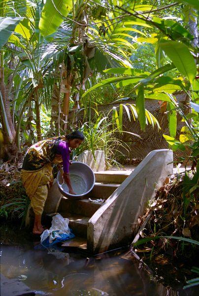Au bord des canaux, les gens se lavent, font la vaisselle et la lessive