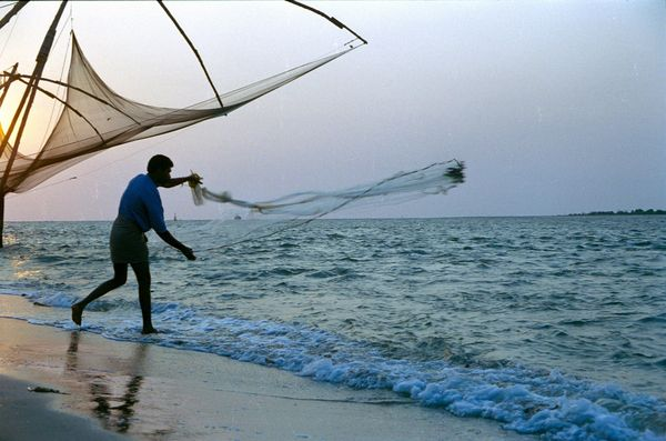 Pêcheur devant les filets chinois