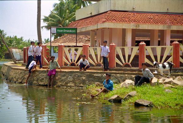 Les écoliers attendant le bateau