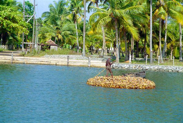 Manoeuvres sur une embarcation improvisée en coques de noix de coco!!!
