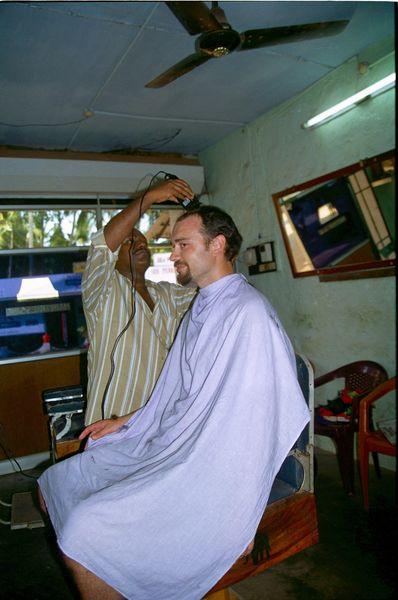Chez le coiffeur perché sur un fauteil de barbier (il n'est pas très grand le coiffeur....)