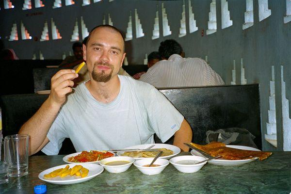 Indian Coffe House, le resto qui monte en collimaçon! De gauche à droite : assiette de frite, fried tomatoes, parathas, massala dosai et devant 3 bols de sauces