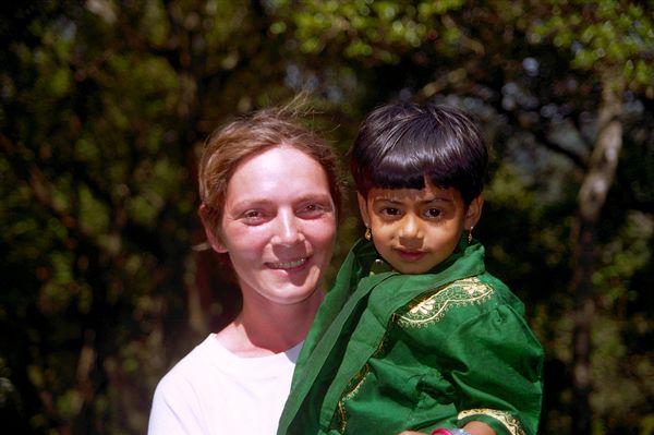 Petite fille collée dans les bras de Marion par son père! Juste pour prendre une photo avec un occidental!!!