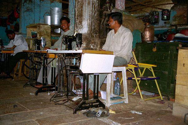 A l'intérieur du temple, des tailleurs en action!