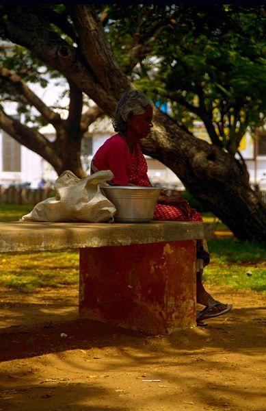 Dans le parc autour du 'government place'. Une mamie s'endort sur un banc. a noter que nous, nous avions les pieds qui touchaient le sol :-)