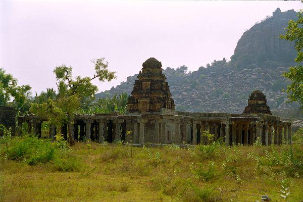 Deuxième série de ruines, sur une route plate cette fois-ci et... gratos...