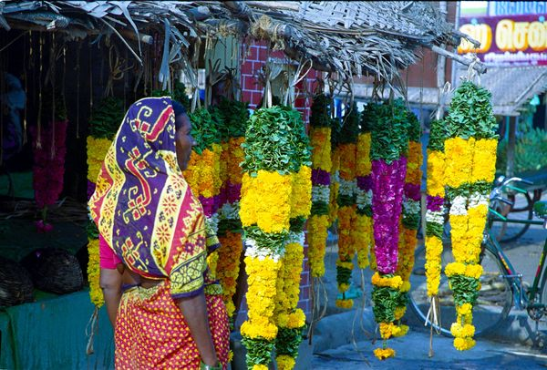 Colliers de fleurs pour les offrandes