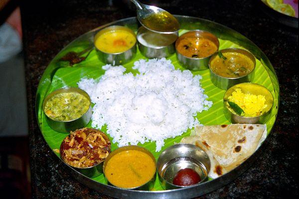 Dernier repas à Pondicherry dans un très bon resto végétarien. Plat à volonté (thali)
