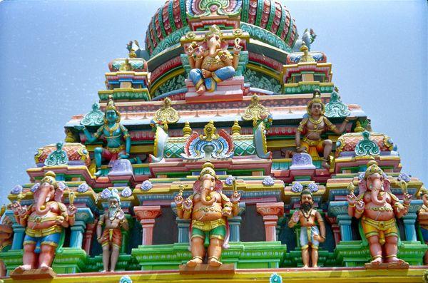 Temple de Shiva. Ici, c'est en fait Ganesh (l'éléphant) qui trône sur le toit du temple faisant partie d'un grand ensemble (ce nest pas du plastique mais de la roche!)