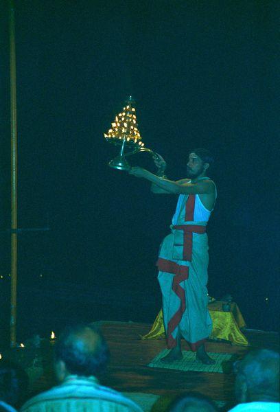La puja (prièreà en 'son, musique et danse' le soir au bord du Gange